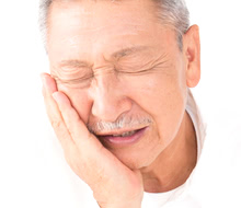 高齢者・要介護者の虫歯がもたらすリスクとは?